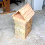 蜂の巣箱をメンテナンス